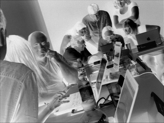 Menschen arbeiten in der Gruppe am Laptop in einem Seminarraum