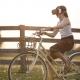 Mädchen fährt Rad und trägt eine VR-Brille