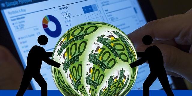 Weltkugel mit 100 Euro Noten drauf wird vor einem Bildschirm von zwei Männchen gerollt.