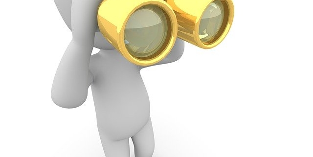 Männchen blickt durch goldenes Fernglas