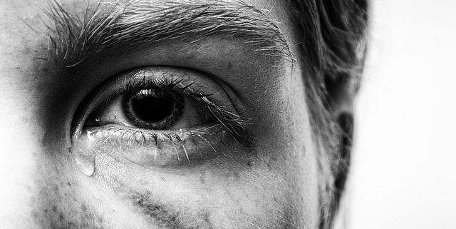 Gesichtshälfte, Auge und Träne