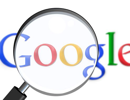Google Schriftzug und Leselupe